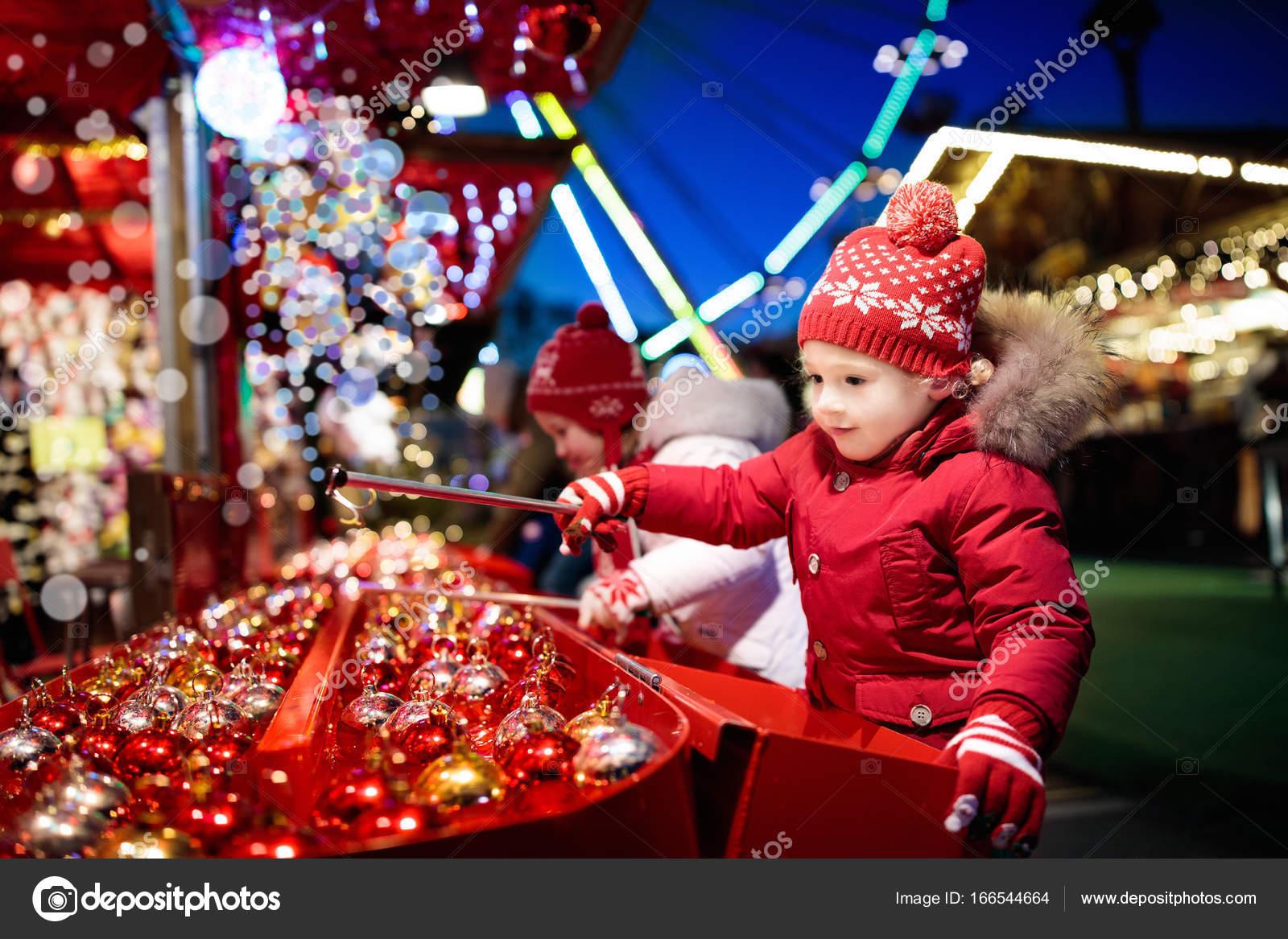 Kids at Christmas fair. Children shopping xmas gifts. — Stock Photo ...