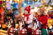 Kinder fahren Karussell auf Weihnachtsmarkt