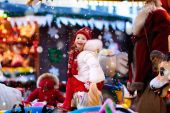 Kind auf dem Weihnachtsmarkt. Kind reitet Weihnachtskarussell