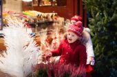Kind auf dem Weihnachtsmarkt. Weihnachtsmarkt.