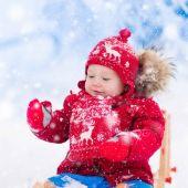 Fotografia I bambini giocano nella neve. Slitta per linverno, per i bambini
