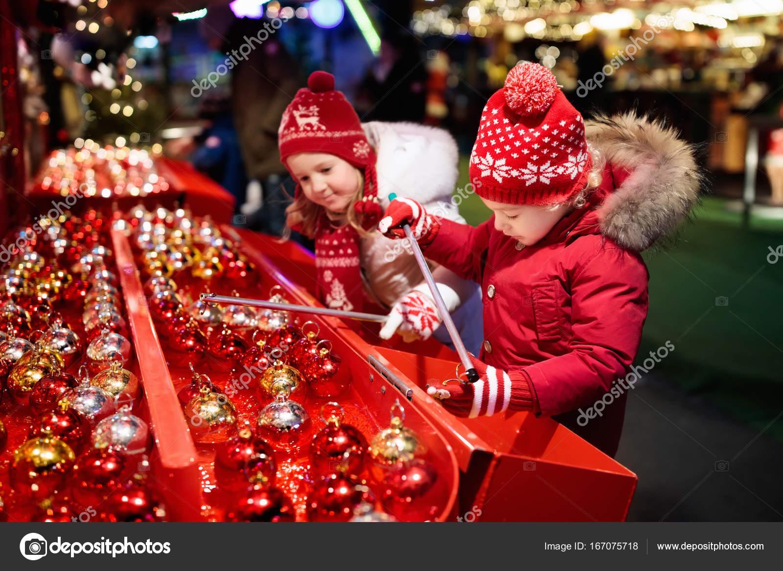 Kinder am Weihnachtsmarkt. Kinder Weihnachten Geschenke einkaufen ...