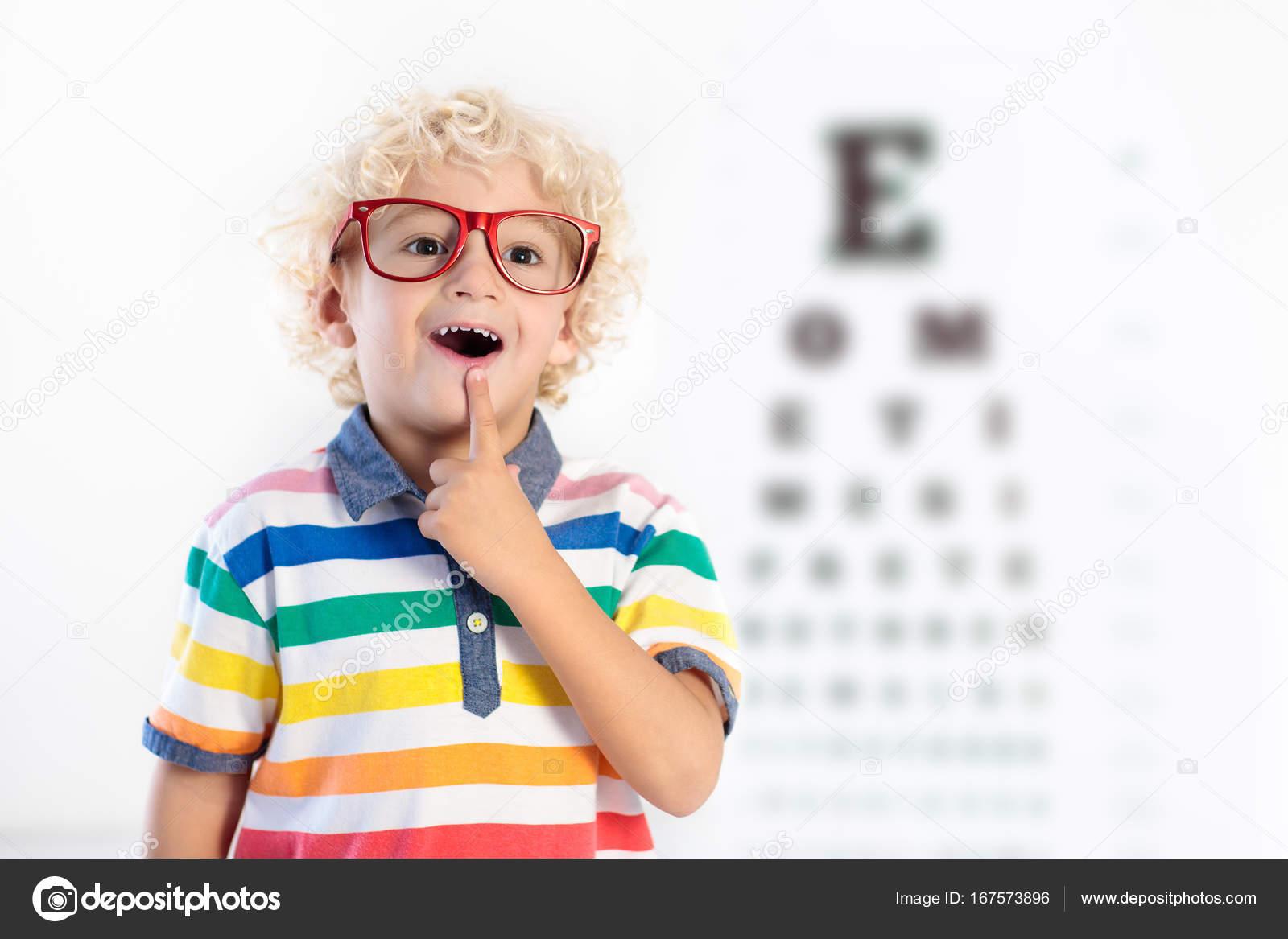 Petit enfant sélection des lunettes au magasin d opticien. Mesure d acuité  visuelle pour les enfants de l école. Verres correcteurs aux enfants. fdfcf887845a