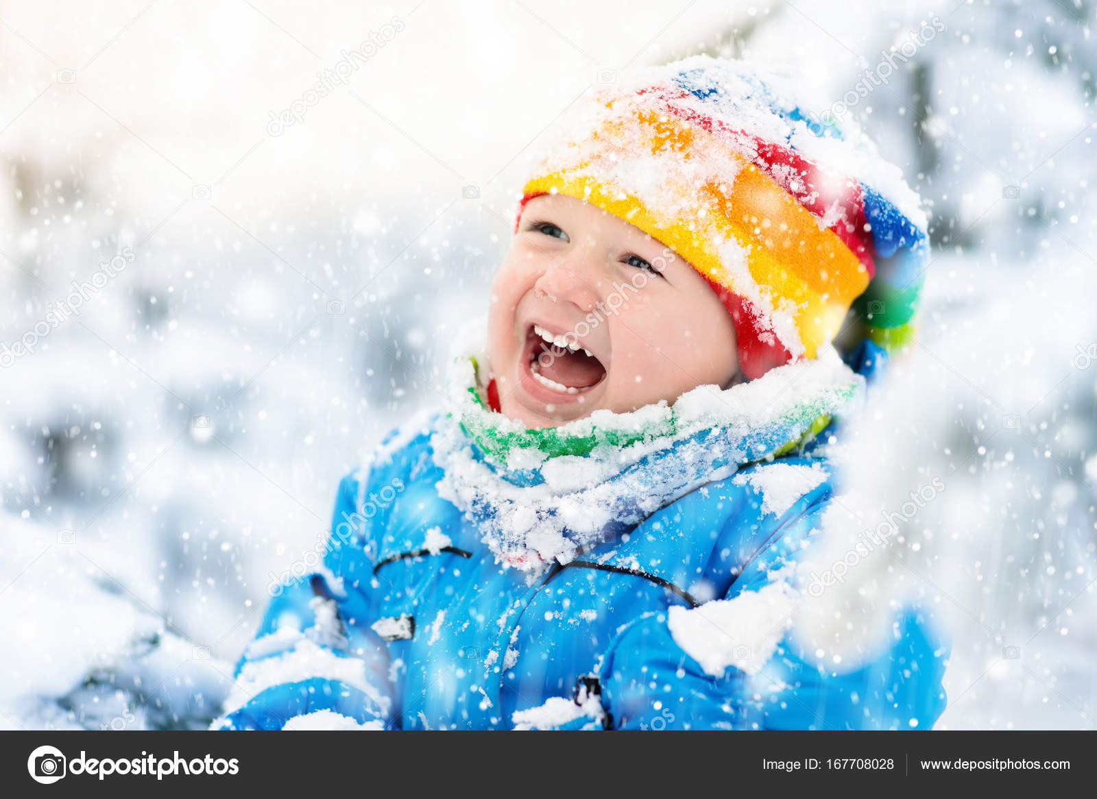 Babykleding Winter.Baby Spelen Met Sneeuw In De Winter Kind In Besneeuwde Park
