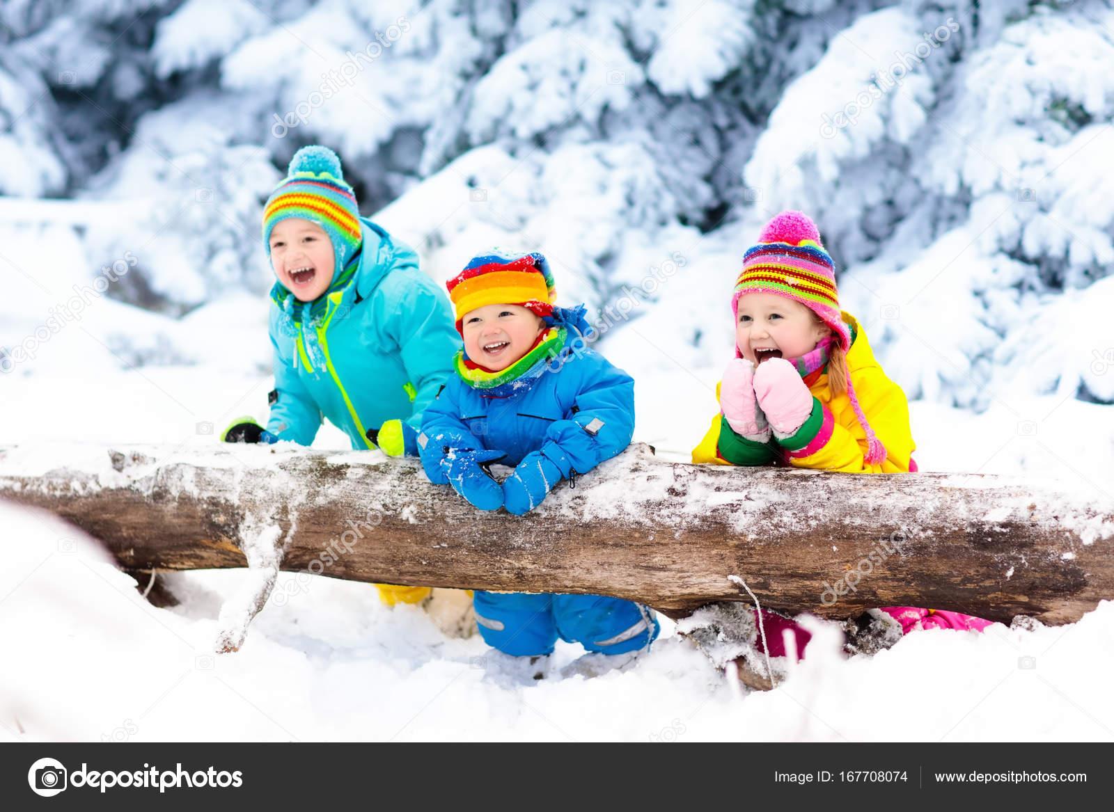 Ninos Jugando En La Nieve Los Ninos Juegan Al Aire Libre En La