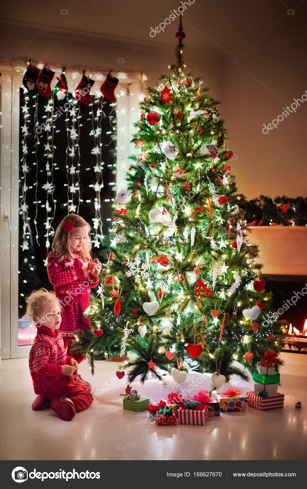 Foto Di Natale Con Bambini.Bambini All Albero Di Natale E Camino Alla Vigilia Di Natale