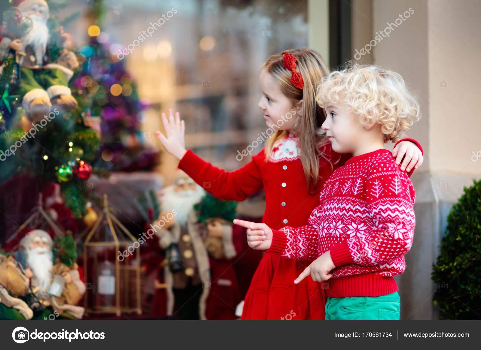 Kinder für Weihnachtsgeschenke einkaufen. Kinder kaufen Xmas ...