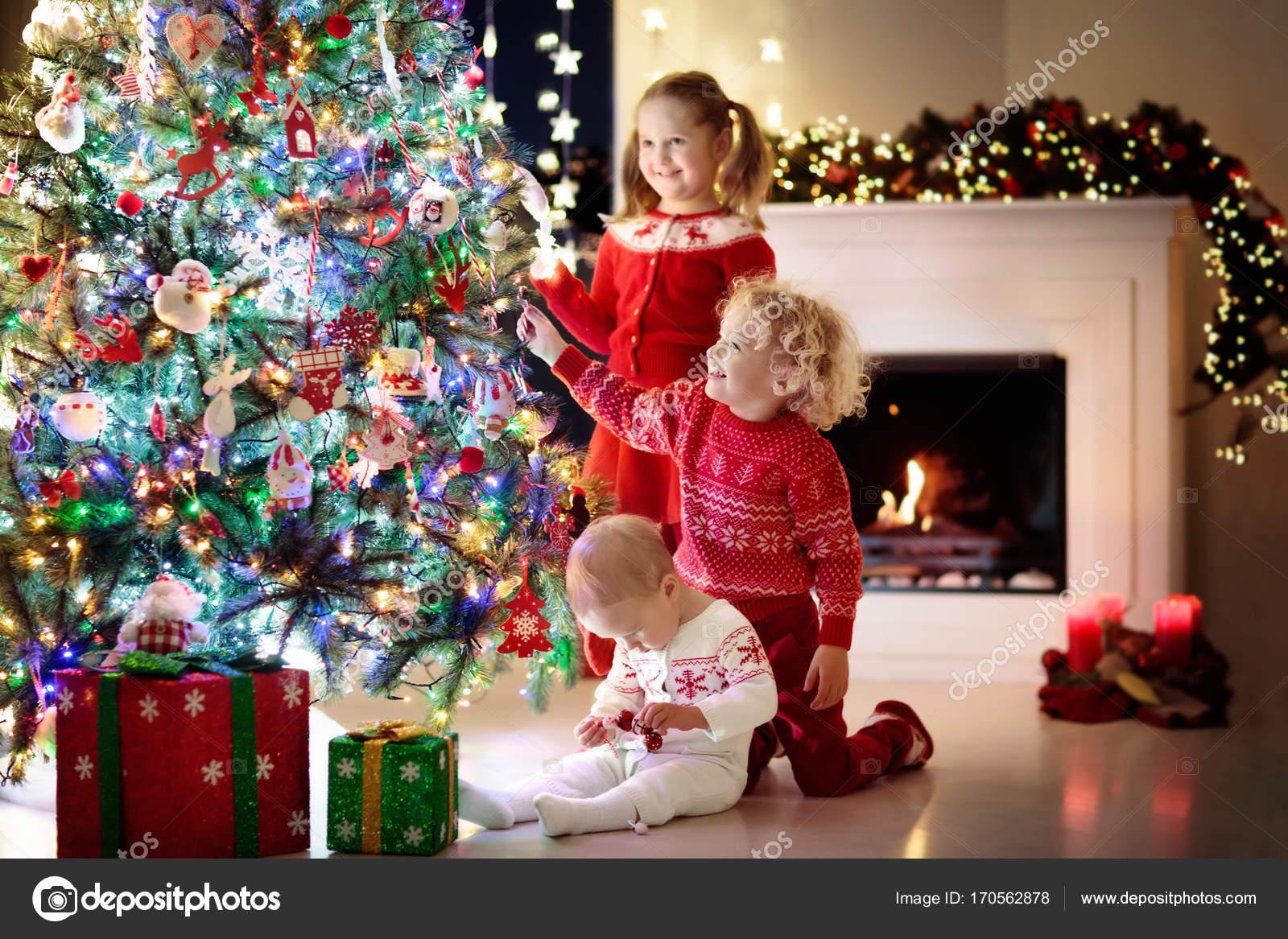 Kinder am weihnachtsbaum kinder am kamin am heiligabend for 2533 raumgestaltung und entwerfen