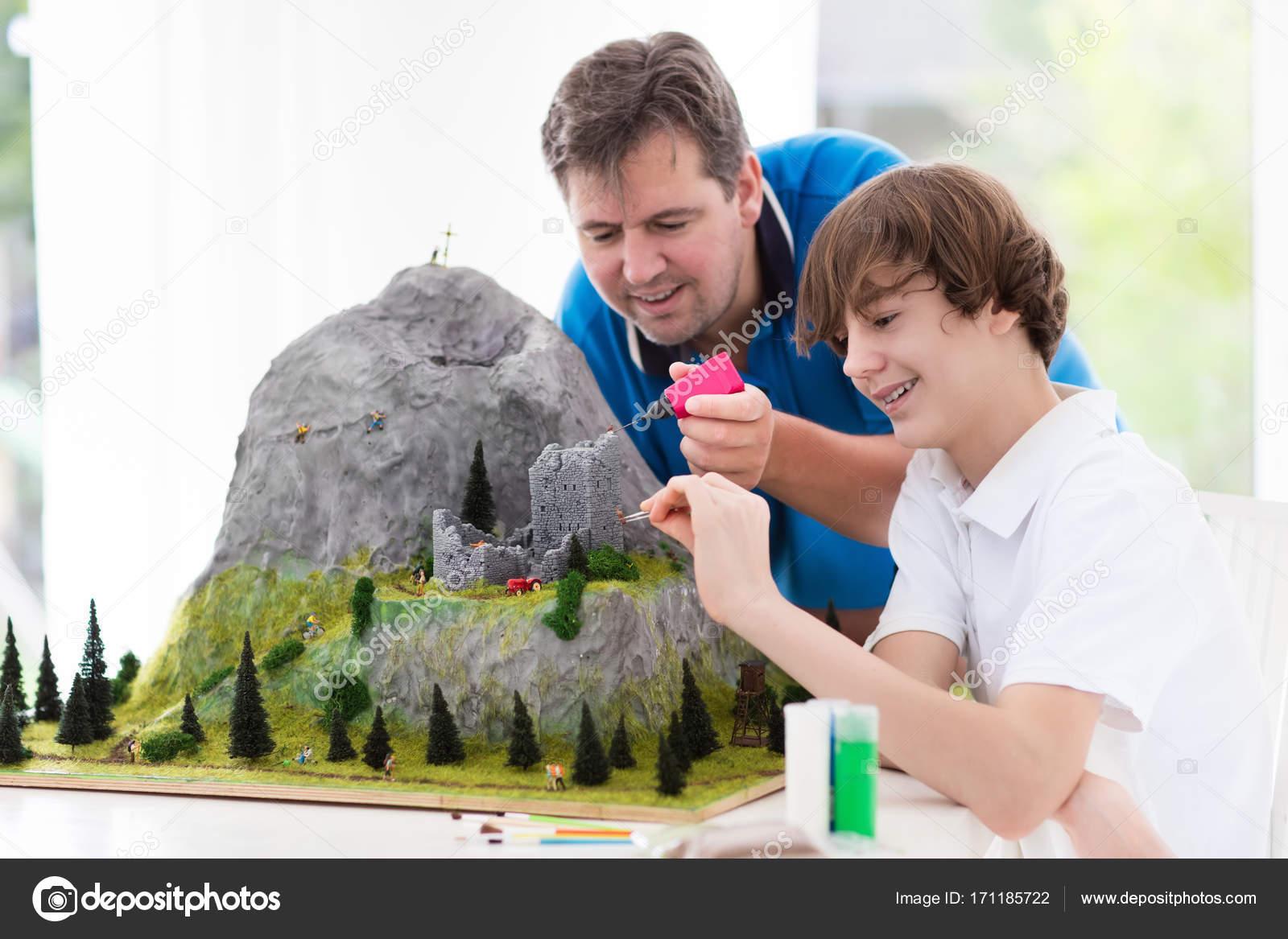 Παιδιά και γονείς οικοδομήσουμε μικρογραφία κλίμακα μοντέλο βουνού για  κατηγορία γεωγραφίας. Εξωσχολικές δραστηριότητες και χόμπι του οικογένεια. f2477a610dd