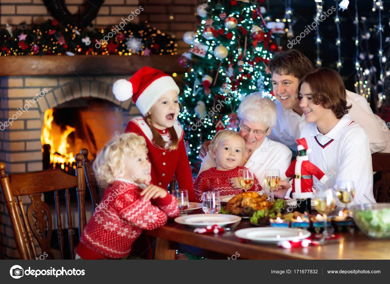 Foto Di Natale Con Bambini.Cena Di Natale Famiglia Con Bambini All Albero Di Natale