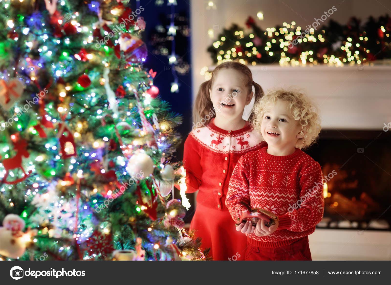 Juegos Para Familia En Navidad Ninos En El Arbol De Navidad Ninos