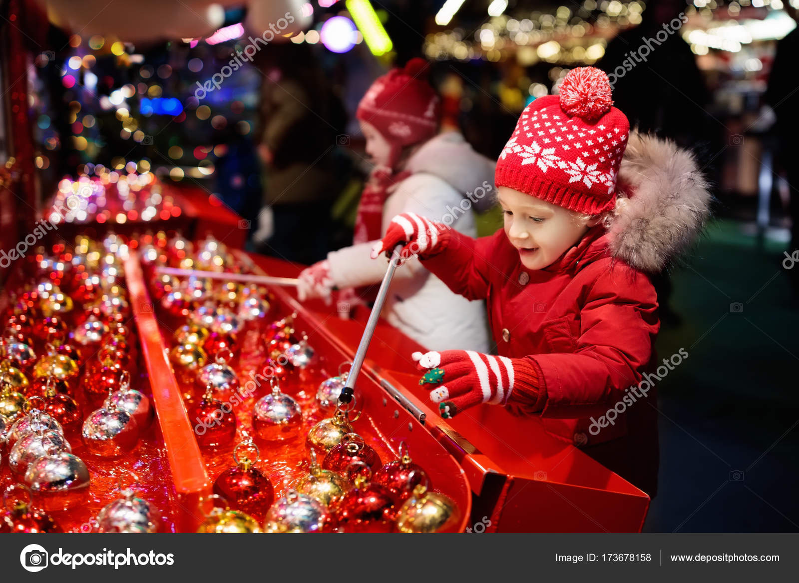 Kids at Christmas fair. Children shopping xmas gifts. — Stock Photo ...