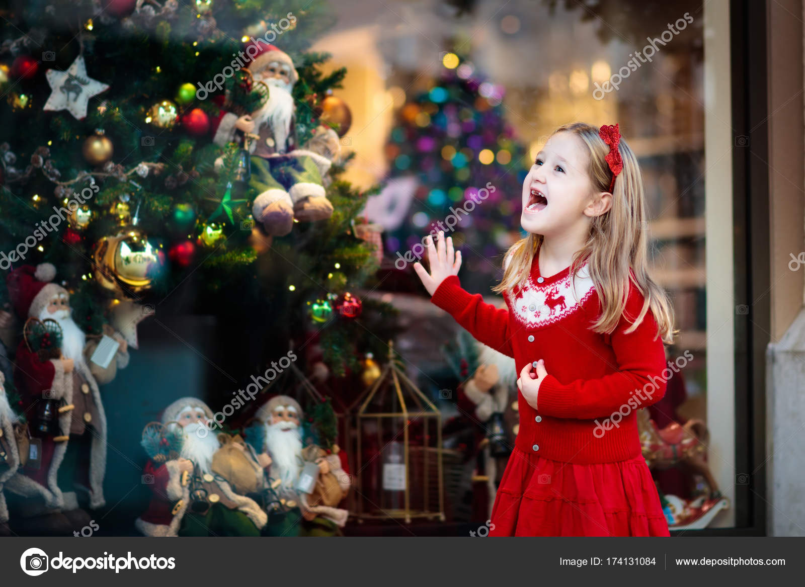 Kids window shopping. Christmas presents. Xmas gifts. — Stock Photo ...