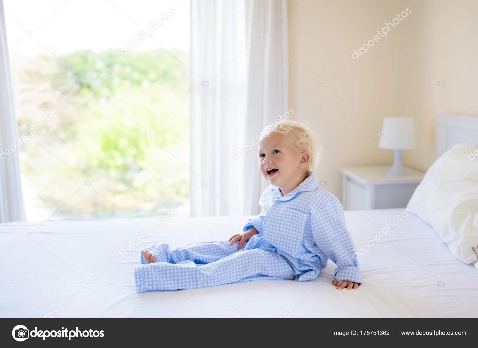 Kinder im Bett. Kinder im Schlafanzug. Familienzimmer — Stockfoto ...