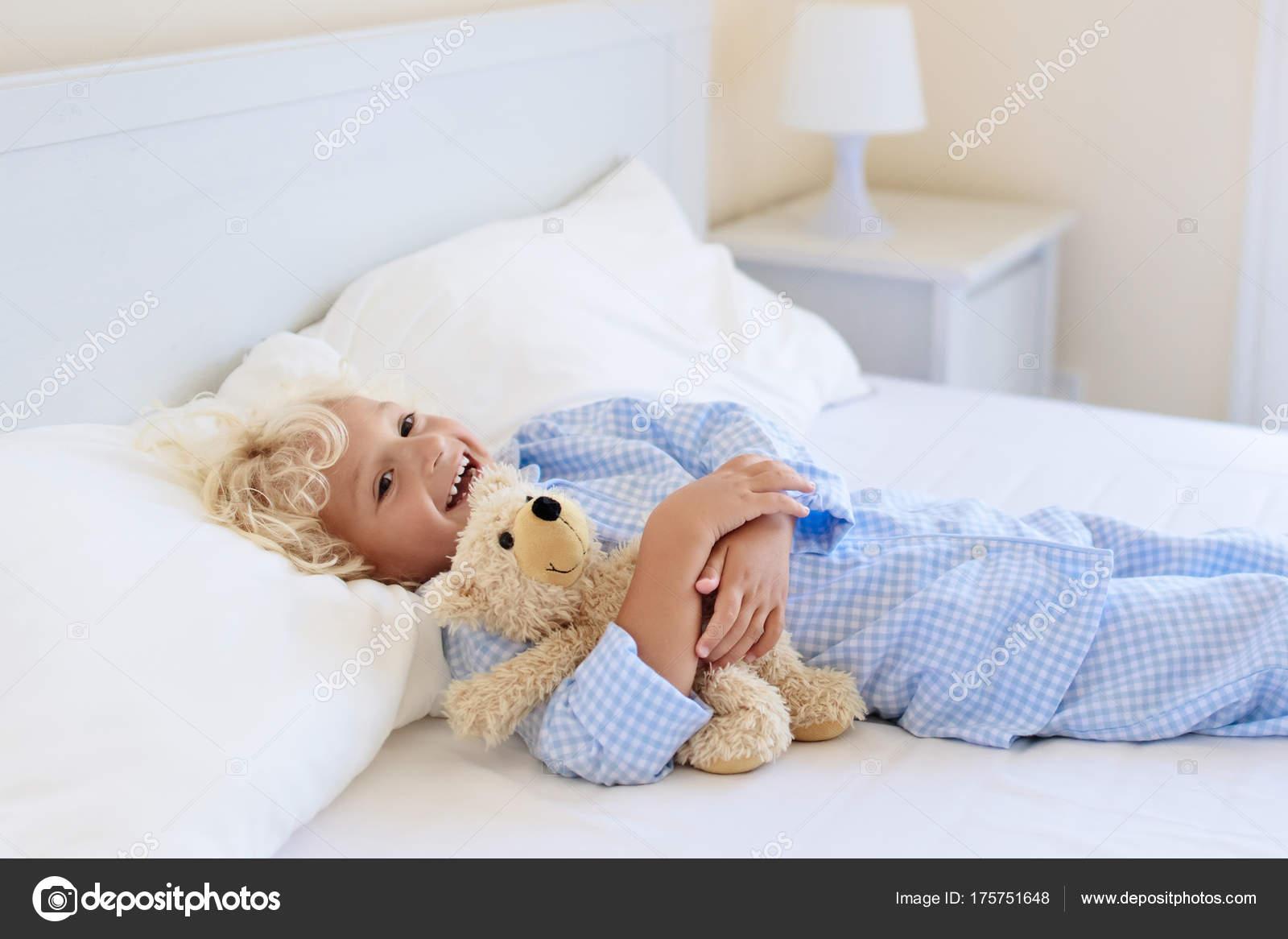 Kinder im bett. kinder im schlafanzug. familienzimmer u2014 stockfoto