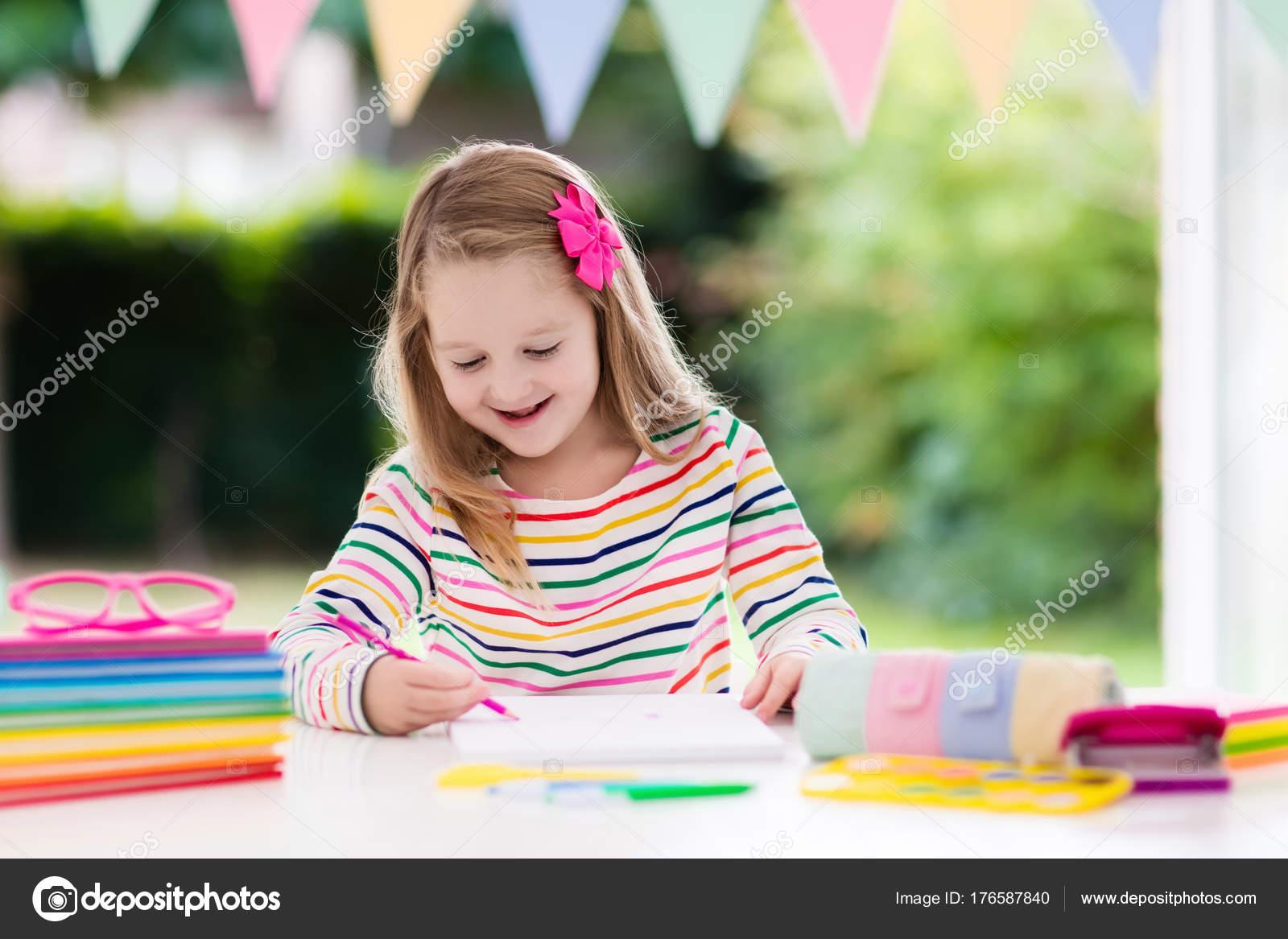 Imágenes Una Niña Haciendo Su Tarea Para Colorear Niño
