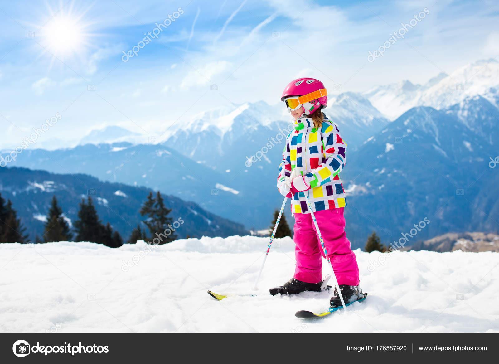 03a3884a8c Ski dans les montagnes de l'enfant. Kid enfant actif avec un casque de  sécurité, lunettes de protection et poteaux. Course de ski pour les jeunes  enfants.
