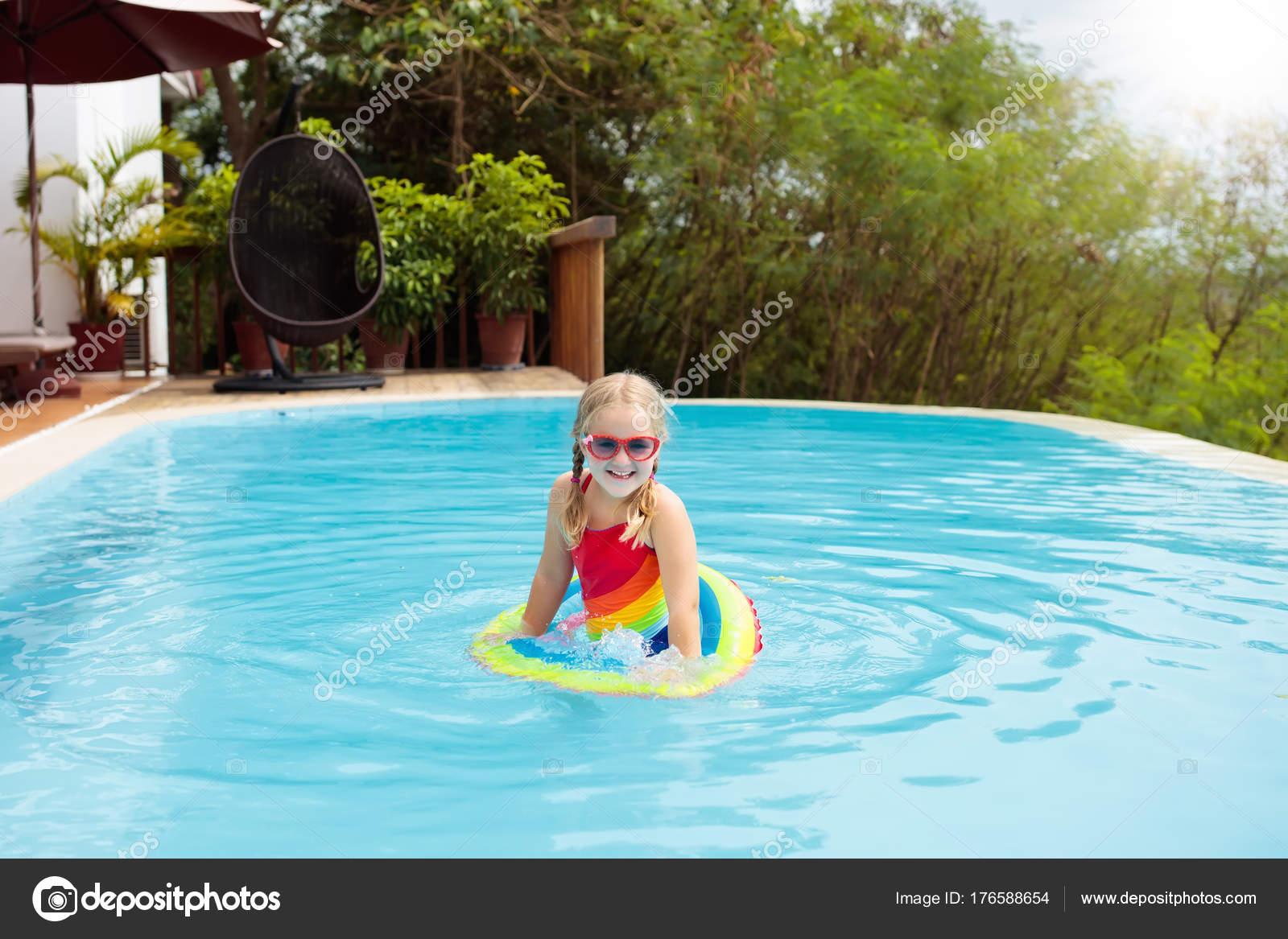 Kind Mit Brille Im Schwimmbad. Kleines Mädchen Lernen Zu Schwimmen Und  Tauchen Sie Im Außenpool Des Tropischen Resort. Schwimmen Mit Kindern.