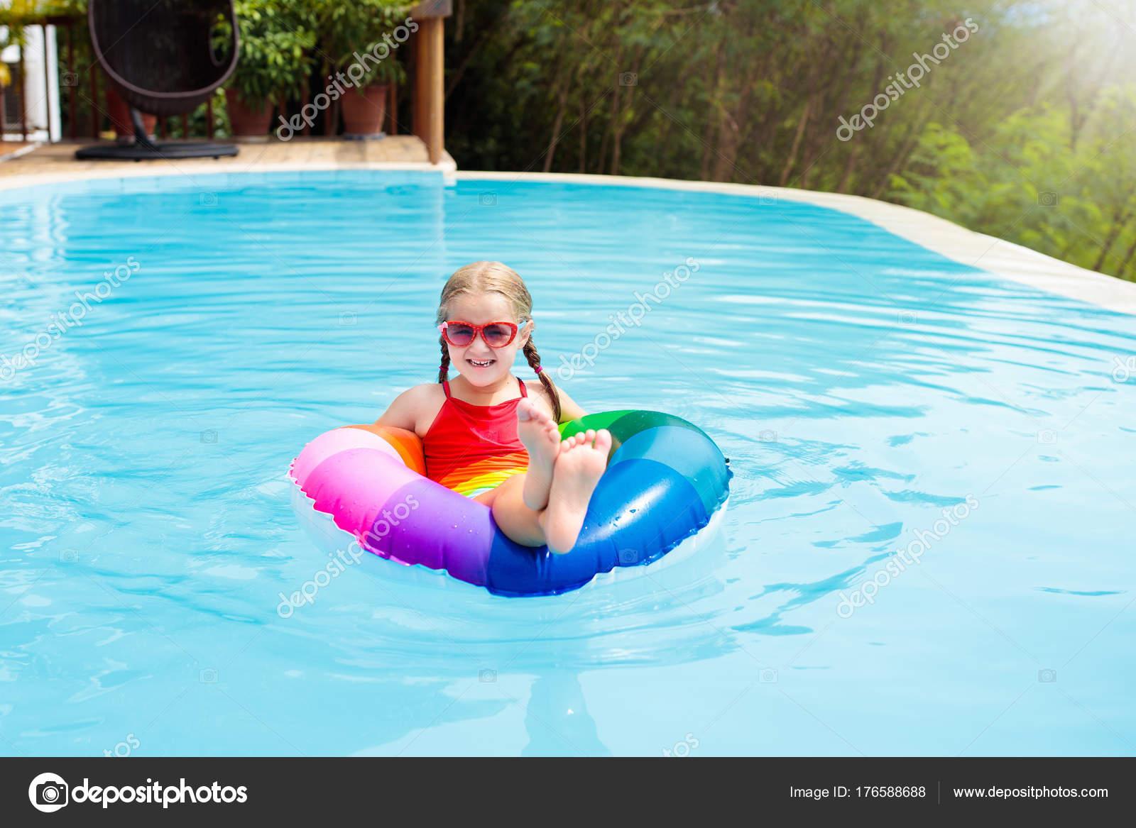 Kind Im Schwimmbad. Kinder Schwimmen. Wasserspiel U2014 Stockfoto