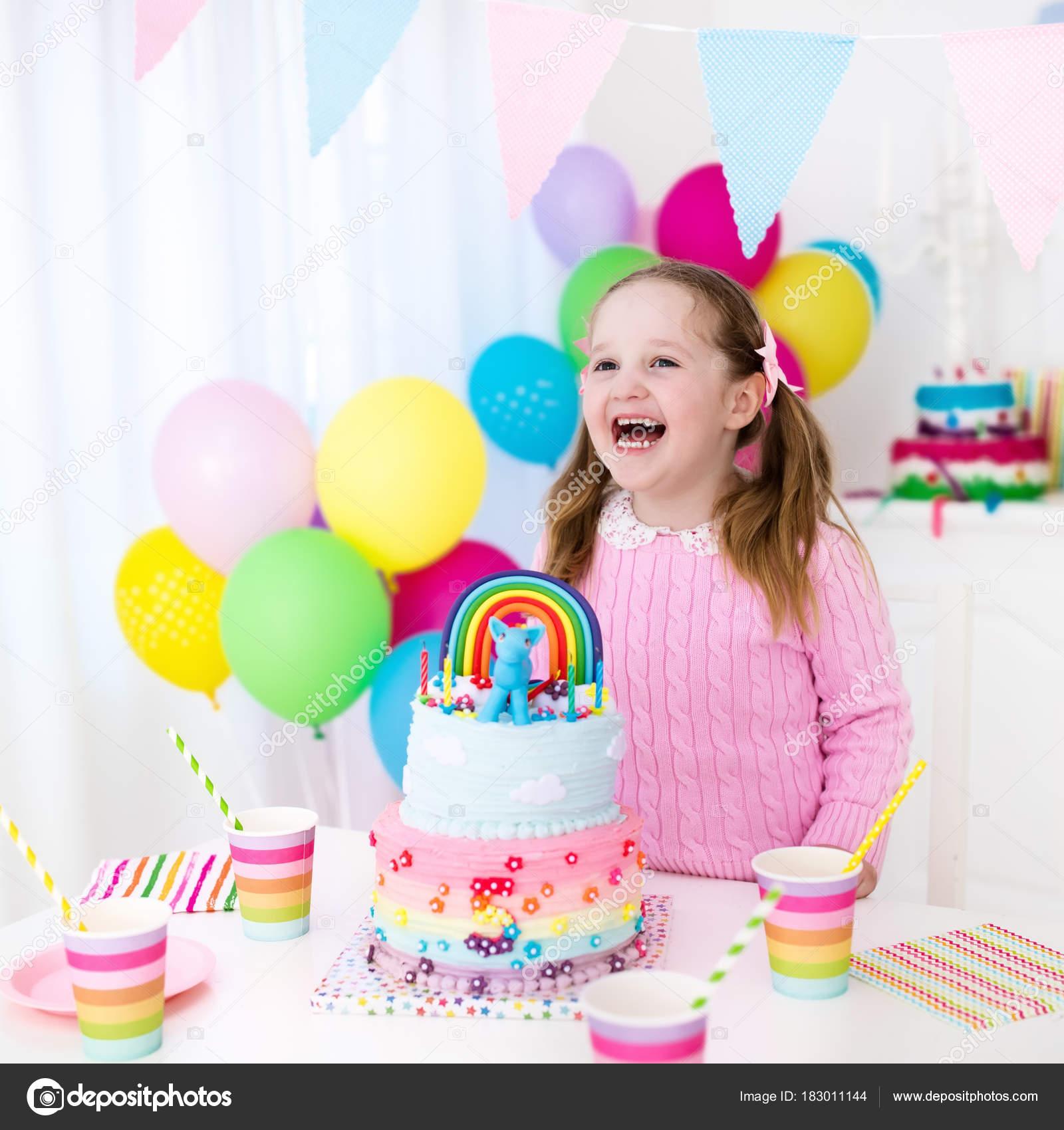 Los niños fiesta de cumpleaños con torta — Fotos de Stock ...