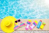 Bazén a pláž položky plochý ležela. Letní dovolená