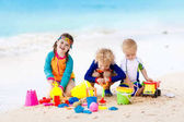 Fotografie Kinder am tropischen Strand. Kinder spielen auf dem Meer