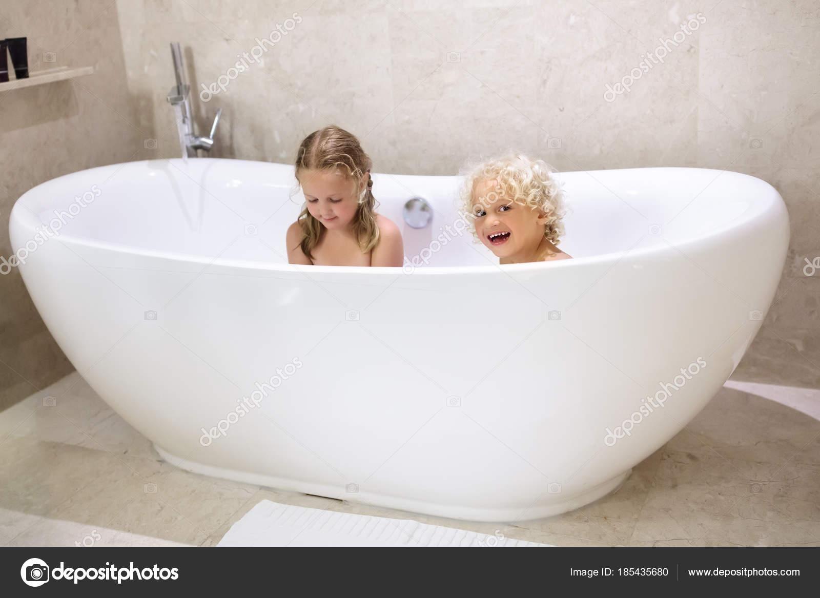 Kinderen in bad. Kinderen baden. Familie badkamer — Stockfoto ...
