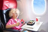 Dítě v letadle. Děti létat. Děti letu jídlo