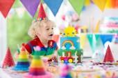 Fotografie Děti narozeninovou oslavu. Dítě sfoukl svíčku na dort