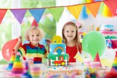 Fotografie Dětské oslavy. Narozeninový dort se svíčkami pro dítě