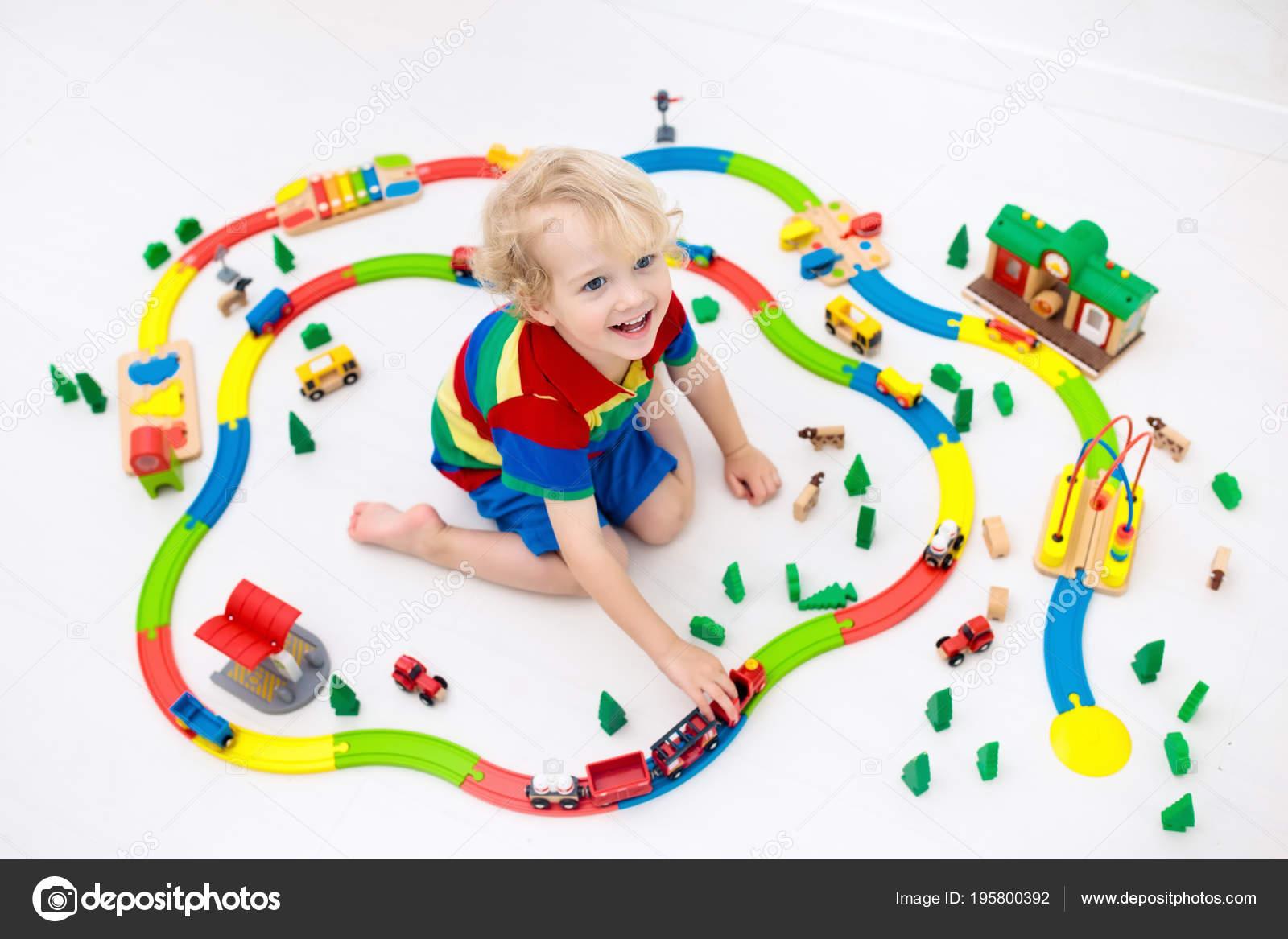 Juegan Juguete Con Tren Ferrocarril Niño Niños Del Jugando Los iuTZOPkX