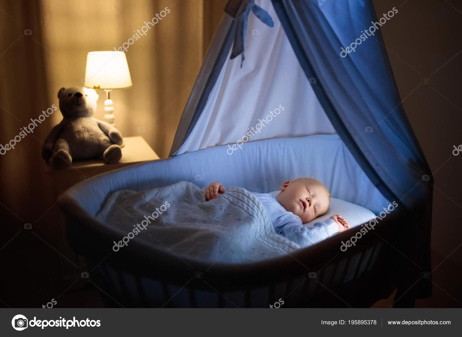 Entzückende baby trinkmilch blau stubenwagen mit baldachin der