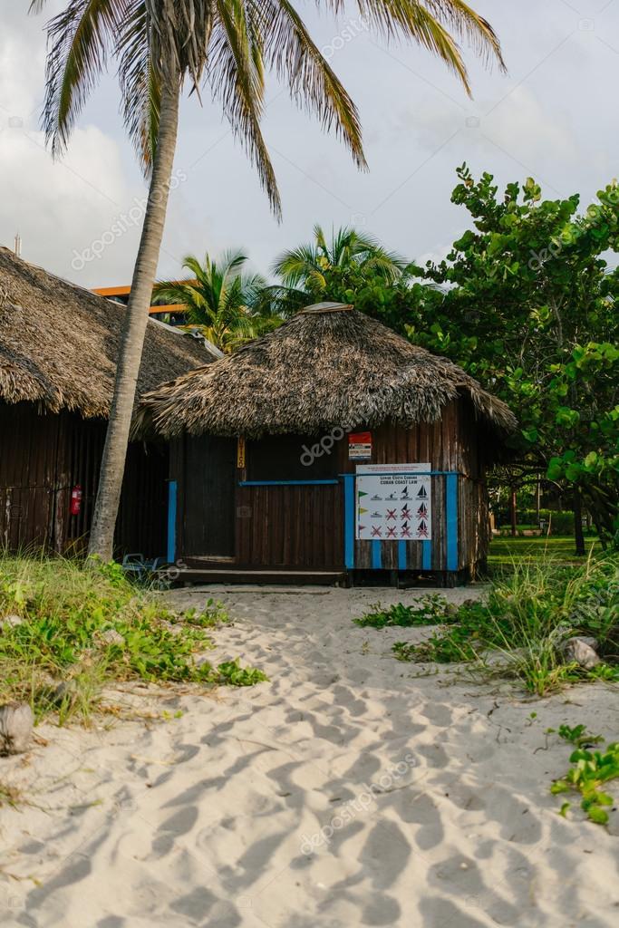 Haus am Strand, umgeben von Palmen und sand — Stockfoto ...