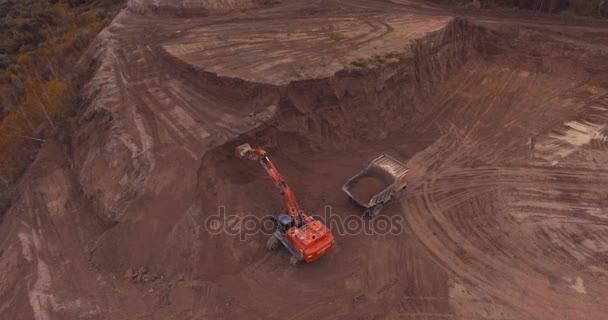 Drohnenflug im Sandbruch mit schwerem Gerät