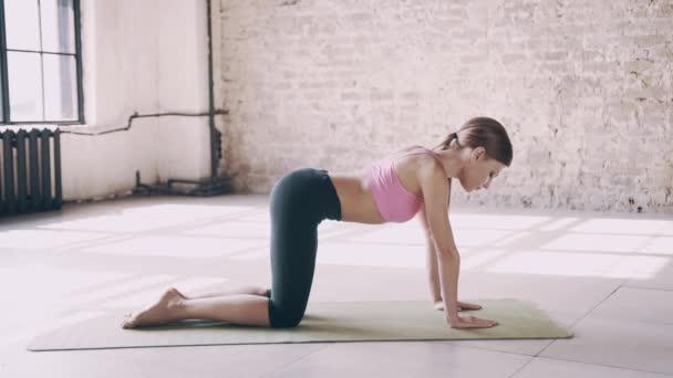 Krásný jóga holka dělá ásan ve studiu