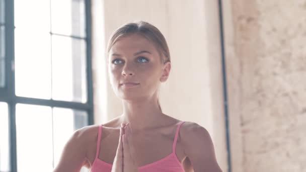 Zpomalené střílení cvičení jógy detail. Sportovní holka dělá cvičení na mate. Nádherný strečink a stabilita t