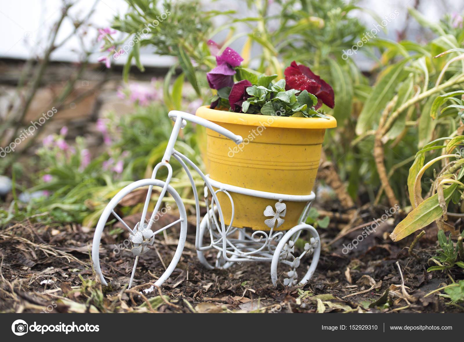 Kunststof Tuin Pot : Fiets met gele kunststof pot en rode bloemen u2014 stockfoto