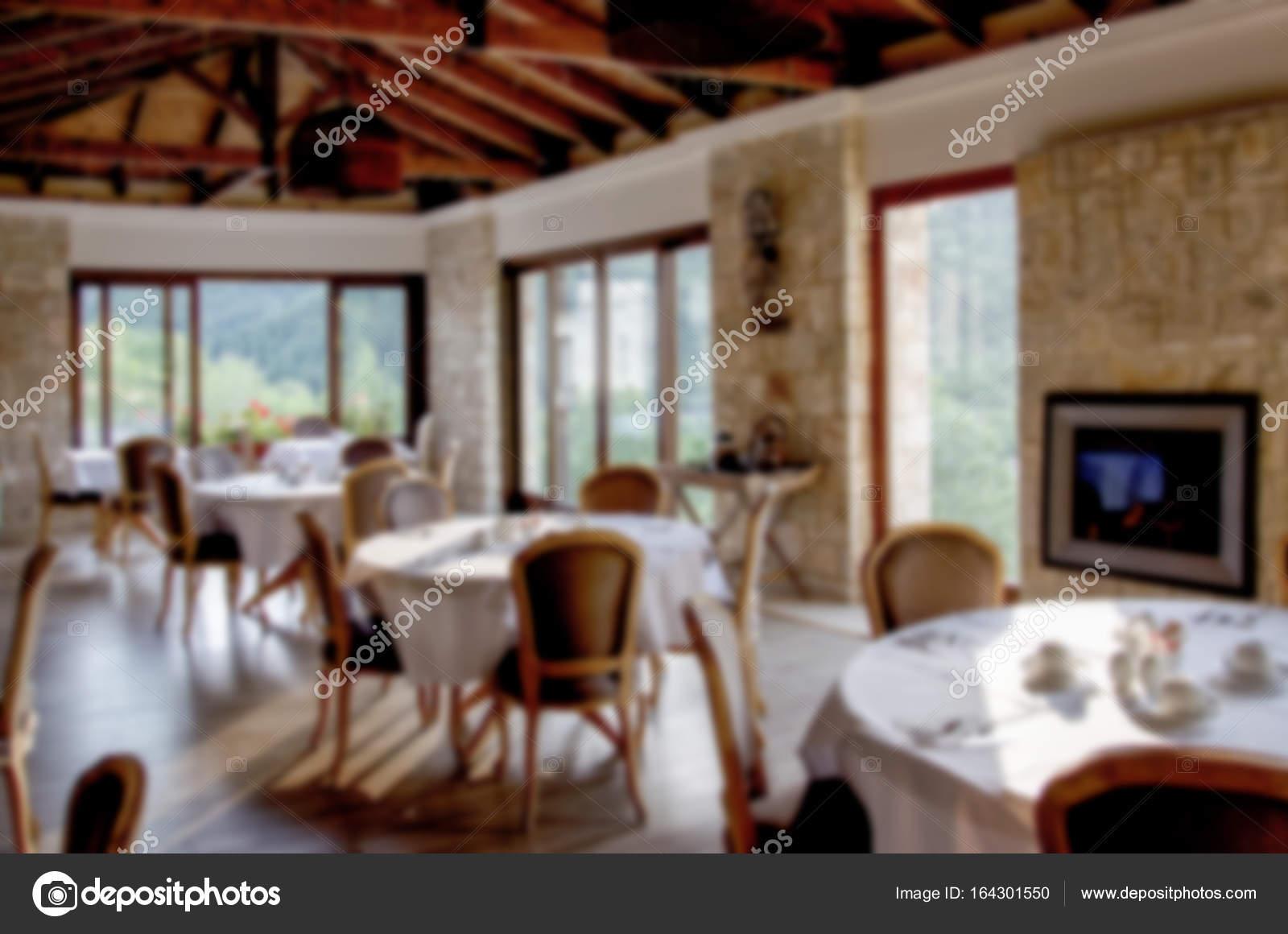 Interieur des Restaurants mit Holzmöbeln und Steinmauern — Stockfoto ...