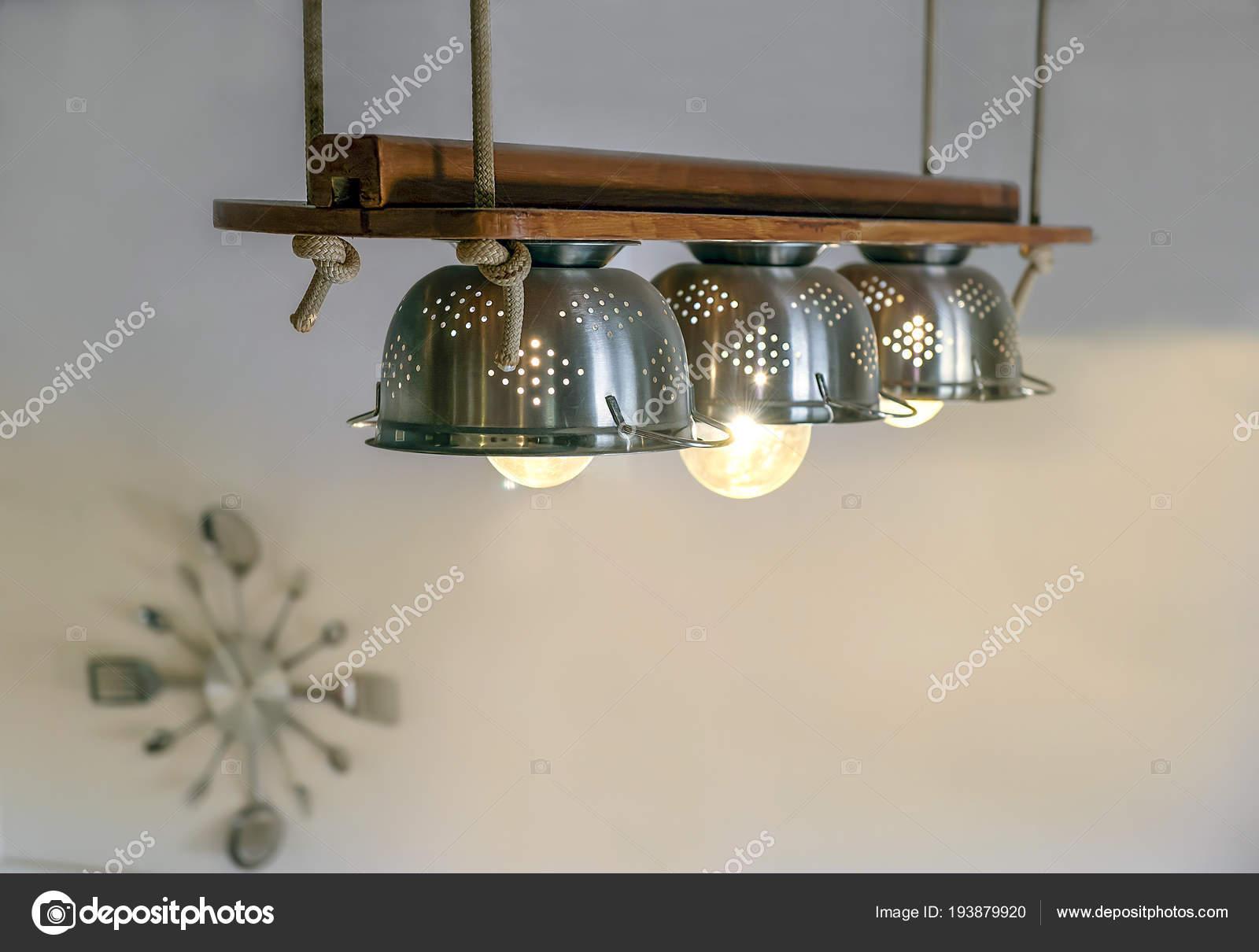 Illuminazione calda che esce dalle lampade all interno bella