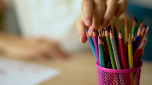 Die Kinder bevorzugte Freizeitbeschäftigung während der Quarantäne des Coronavirus Covid19. Ein Mädchen sitzt an einem Tisch und zeichnet.