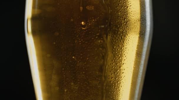 Ködös korsó hideg világos kraft sör, cseppek áramlik le az üvegen, bárban vagy kocsmában