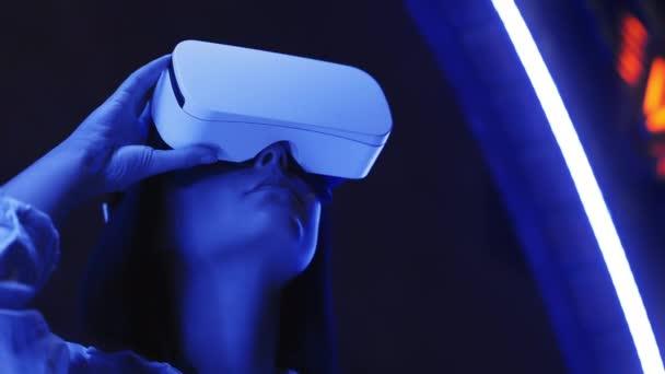 Fiatal aranyos lány néz 360 videó vagy játszik Vr videojáték, jövő technológia