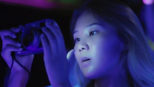 Junge asiatische Blondine fotografiert auf Party, Ausstellung oder Modeevent