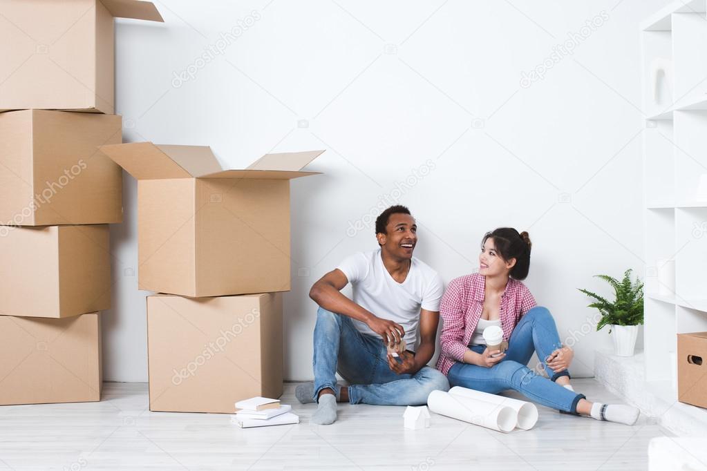 Jong koppel in een nieuw huis planning decoratie verplaatsen home