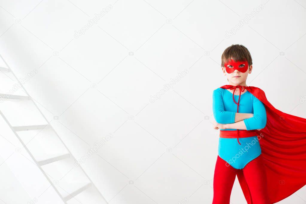 Vůdce. Super hrdina chlapec v červené pláštěnce — Stock Fotografie ... 3d8691b692