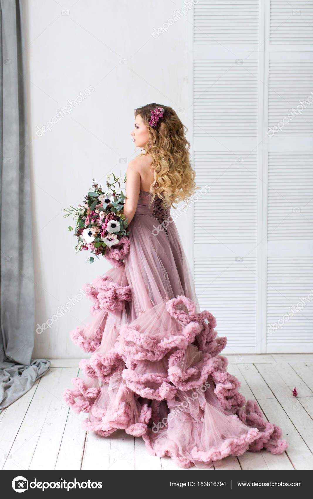 3ba7798b6210 Ρομαντικό μόδας γυναίκα σε ένα ροζ φόρεμα και ανθοδέσμη — Φωτογραφία Αρχείου