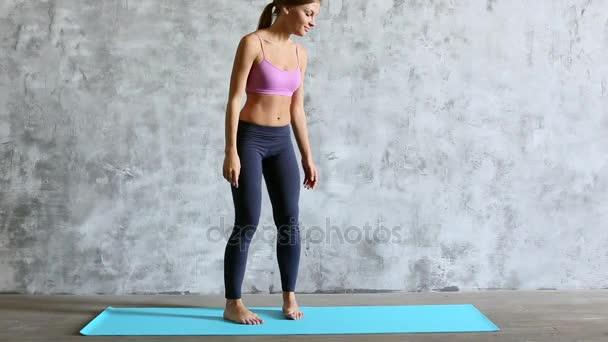 Vhodné sportovní žena dělá prkno na jógu