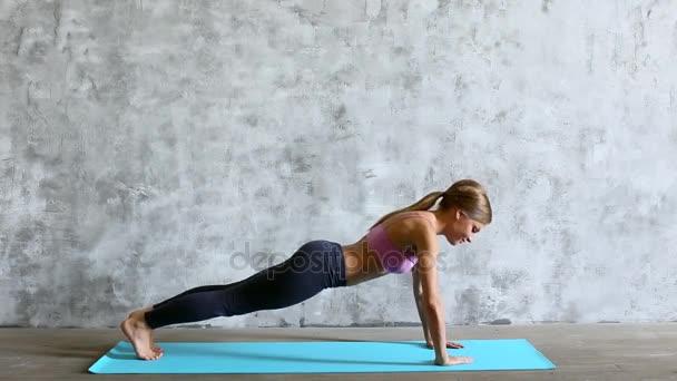 Fit sportovní žena dělá push-up na jógu