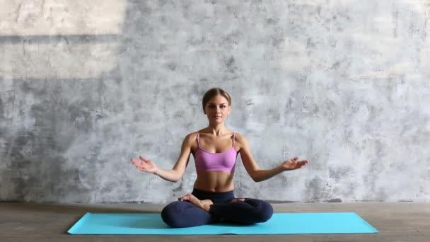 mladá žena v lotosové pozici.