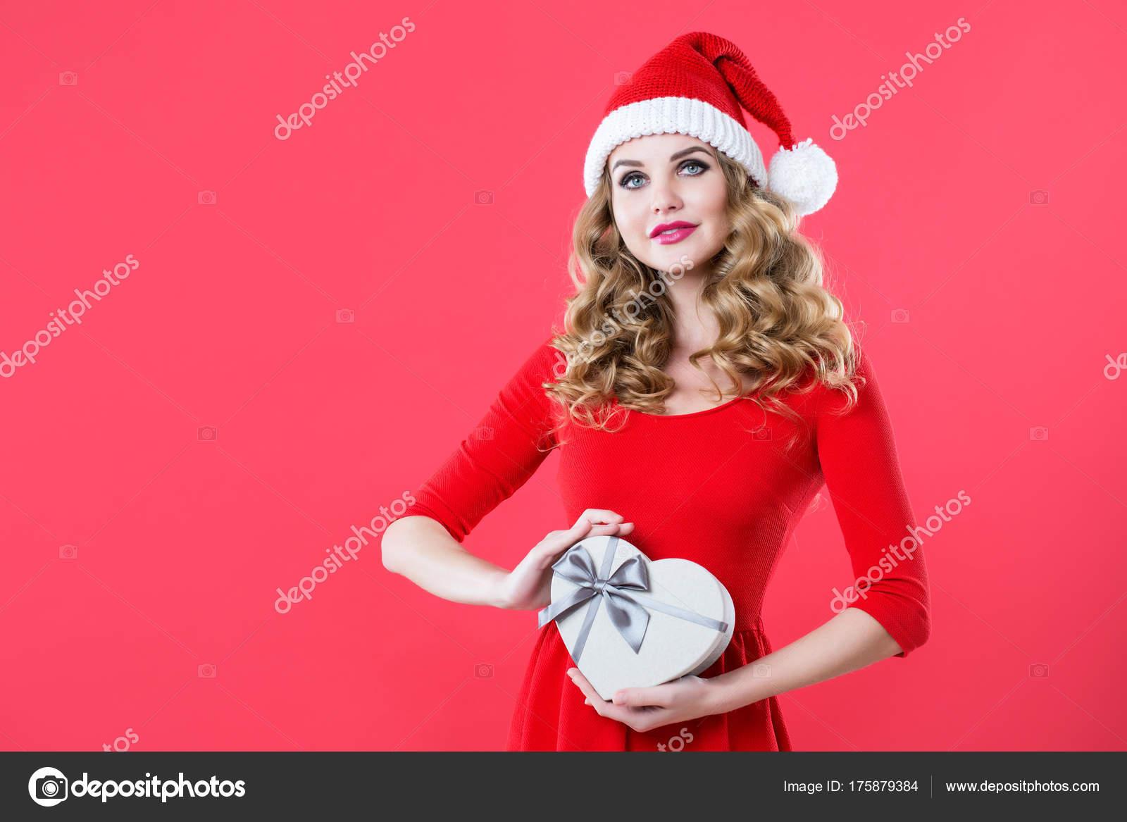 Geschenke Weihnachten Frau.Weihnachten Frau In Nikolausmütze Mit Geschenk Stockfoto